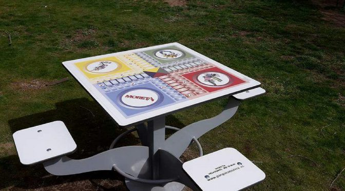 Instalación de nuevas mesas de juego en el Parque Municipal